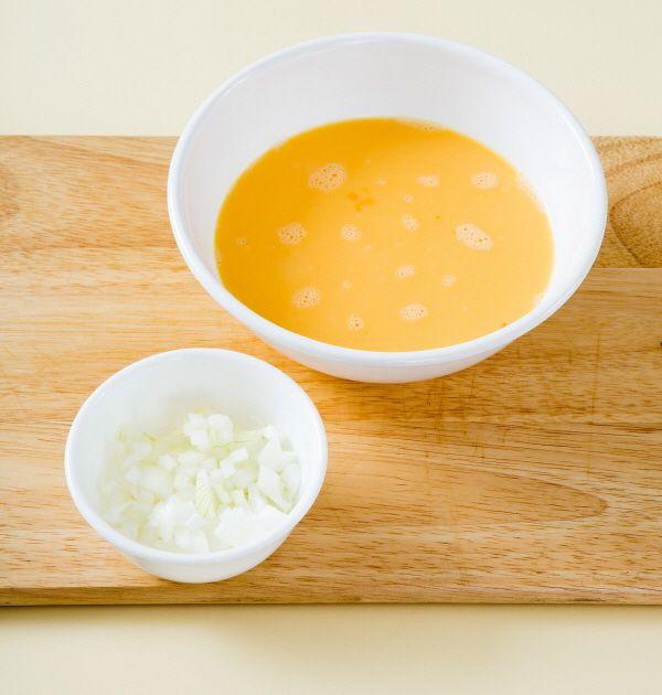 1. 달걀은 잘 풀어서 우유를 넣어 섞는다. 양파는 곱게 다진다.