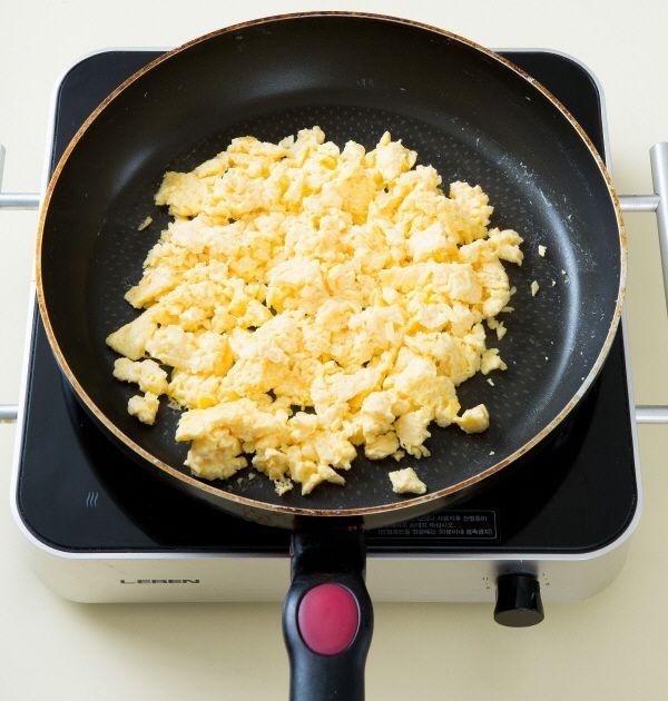 4. 팬에 버터를 두르고 달걀물을 부어 스크램블한다.
