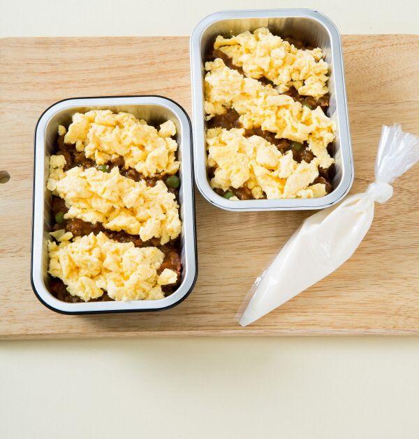 5. 그라탱 용기에 달걀 스크램블을 담고 쇠고기를 얹는다. 마요네즈를 뿌리고 200℃의 오븐에 10분 정도 구운 다음 파르메산 치즈 가루를 뿌린다.