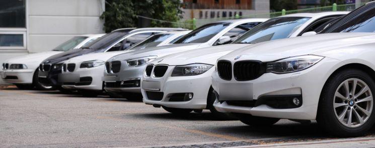 지난 10일 서울 서초구 BMW 서비스센터에 점검을 받으려는 차량들이 주차장에 세워져있다./ 연합뉴스