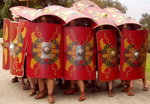 로마군의 상징으로 불리는 '테스투도' 진형을 복원한 모습(사진=위키피디아)