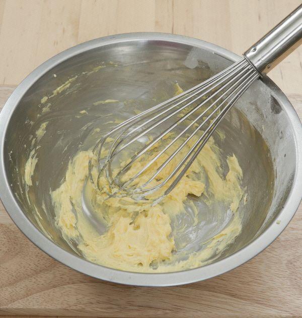 1. 버터는 부드러워질때까지 풀어서 설탕과 소금을 넣고 부드럽게 섞는다.