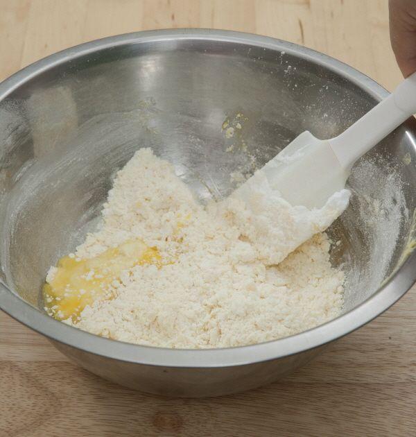 3. 달걀은 곱게 풀어 우유 1/4컵을 섞은 다음 ②에 넣어 반죽한다.
