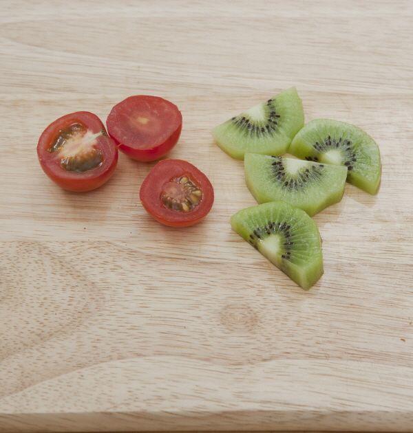 3. 제철 과일과 방울토마토는 적당한 크기로 썬다.