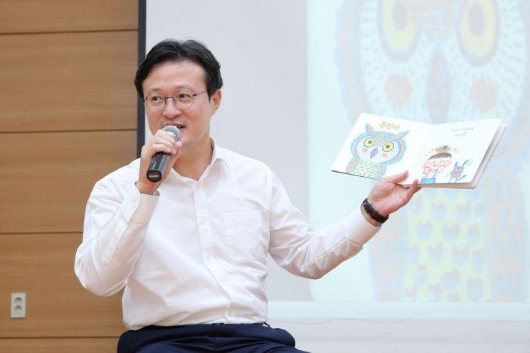 [포토]동화책 읽어주는 채현일 영등포구청장
