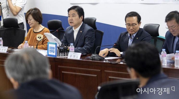 홍종학 중소기업벤처부 장관이 22일 국회에서 열린 '소상공인 자영업자 지원대책 당정협의'에 참석, 모두 발언을 하고 있다./윤동주 기자 doso7@