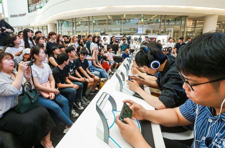 지난 25일 서울 영등포 타임스퀘어 아트리움 광장의 갤럭시 스튜디오에서 열린  '갤럭시 노트9 X 배틀그라운드 모바일 스페셜 챌린지'에 참여한 팬들이 경기를 펼치고 있는 모습