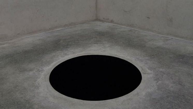 포르투갈 세할베스 미술관에 설치된 아니시 카푸어의 1992년작 'Descent in Limbo'. 사진 = euronews 영상 캡쳐