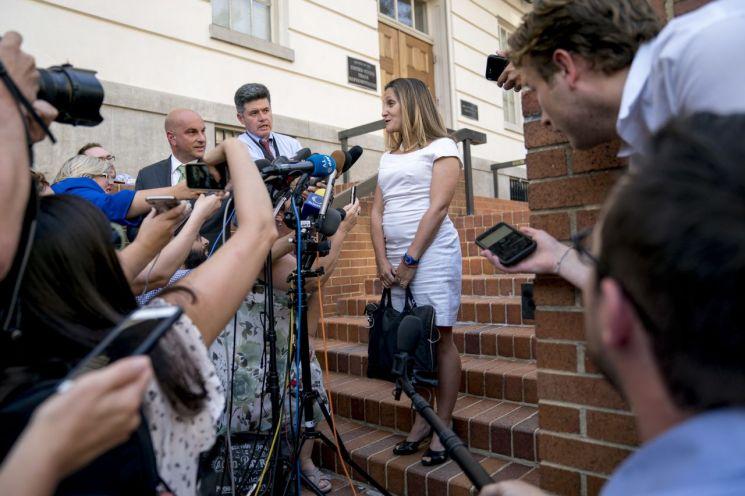 크리스티아 프리랜드 캐나다 외교장관이 28일(현지시간) 미국 워싱턴DC에 도착해 미국과의 협상에 대해 밝히고 있다. [이미지출처=AP연합뉴스]