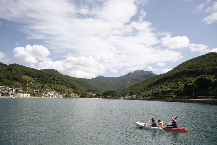 관광두레마을은 지역 주민이 스스로 주인되어 관광사업을 운영하는 곳이다. 화려하진 않지만 자연 생태계가 살아있고 절로 힐링이 되는 그런 곳들이다. 사진은 시골 마을과 문화, 해양 레저가 어우러진 남해 두모마을의 모습