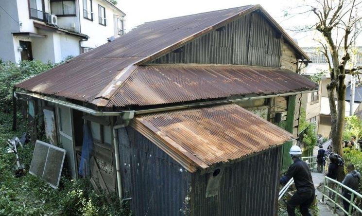 고령의 주인이 사망한 이후 버려진 일본의 목조주택 모습. 일본은 저출산, 고령화 심화로 전국 780만채 이상의 주택이 빈집인 것으로 알려졌다. 경기활성화가 이뤄지는 상황에서도 구조적인 수요감소로 부동산시장은 좀체 살아나지 않고 있다.(사진=연합뉴스)