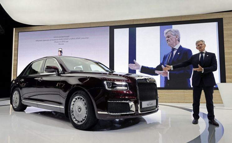 지난달 29일(현지시간) 러시아 '모스크바 국제모터쇼(8월 29일~9월 9일)'에서 아우루스의 힐게르트 프란츠 게르하르트 최고경영자(CEO)가 민간용 럭셔리 자동차 '아우루스 세나트'를 소개하고 있다(사진=EPA연합뉴스).