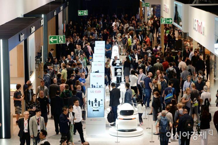 ▲3일 'IFA 2018' LG전자 전시장에서 관람객들이 LG전자 제품을 살펴보고 있다. LG전자는 8월31일부터 9월 5일까지 독일 베를린에서 열리는 이번 전시에서 '더 나은 삶'을 위한 인공지능 솔루션과 차별화된 시장선도 제품들을 선보였다. (제공=LG전자)