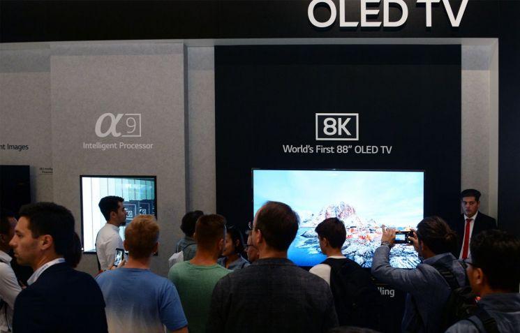 ▲LG전자 부스에 전시된 8K OLED TV (사진=안하늘 기자)