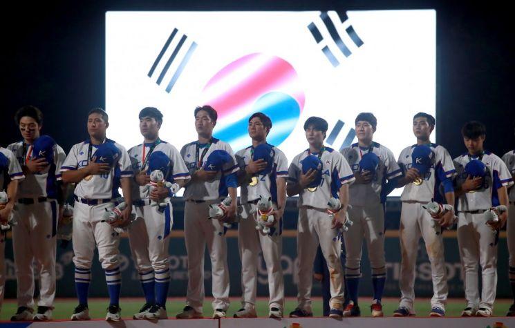 2018 자카르타-팔렘방 아시안게임 야구 결승에서 일본을 꺾고 아시안게임 3회 연속 금메달을 따낸 우리나라 선수들이 시상대에 올라 국민의례를 하고 있다.[이미지출처=연합뉴스]