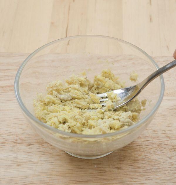 4. 우유 크림 고구마를 만든다. 고구마는 삶아 포크로 으깨면서 버터를 넣고 적당히 섞는다.