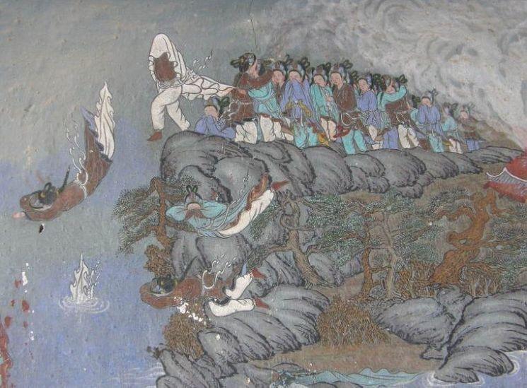 낙화암에서 떨어지는 삼천궁녀의 모습을 그려넣은 낙화암 고란사 극락보전 벽화 모습(사진=한국관광공사)