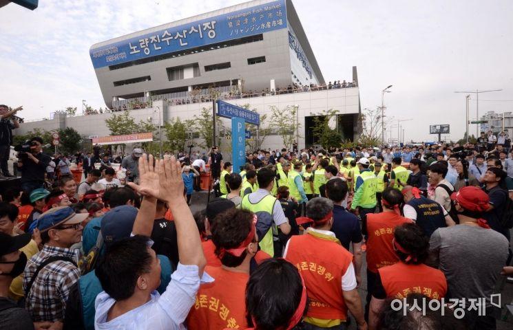 노량진수산시장 명도소송강제집행이 실시된 6일 서울 동작구 노량진수산시장에서 구시장 상인들과 집행관들을 막아서고 있다./김현민 기자 kimhyun81@
