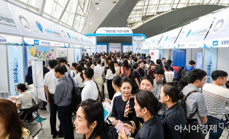 6일 인천국제공항 제1여객터미널 교통센터에서 열린 '항공산업 일자리 위한 인천공항 취업박람회'에 참가한 구직자들이 현장 면접을 보기 위해 줄을 서고 있다./영종도=강진형 기자aymsdream@
