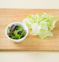 1. 양상추는 깨끗이 씻어 먹기 좋게 손질하고 샐러드 채소는 씻어 물기를 뺀다.