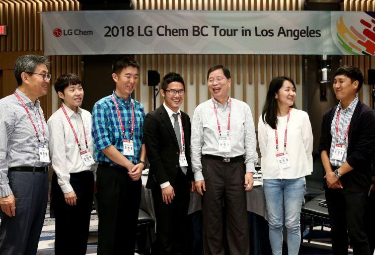 박진수 LG화학 CEO(부회장)(오른쪽 세번째)와 유진녕 CTO(사장)(왼쪽 첫번째)이 미국 LA에서 열린 인재채용 행사에 참석한 인재들과 환담을 나누고 있다.