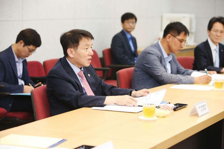 7일 열린 '미래원자력 전문기술인력 양성방안 간담회'에서 이진규 과학기술정보통신부 제1차관이 참석자들과 토론하고 있다.