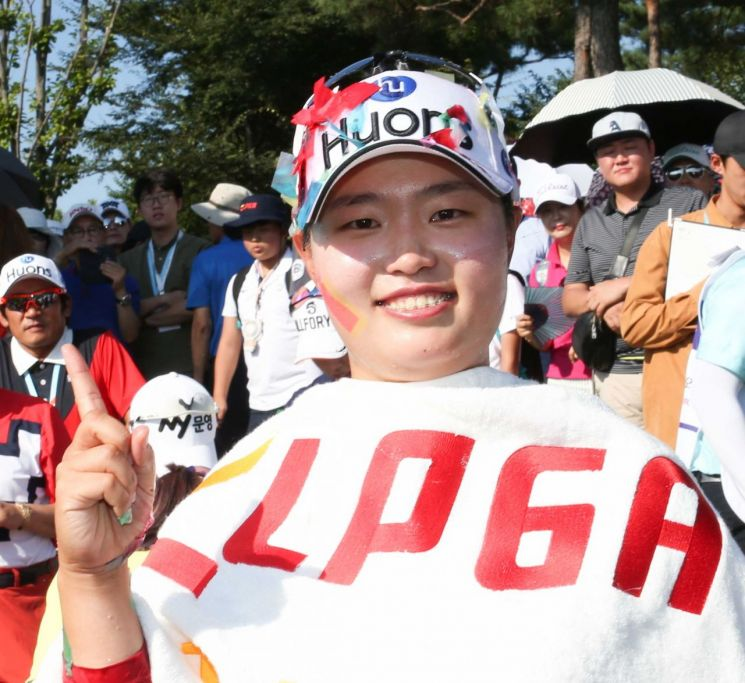 정슬기가 KGㆍ이데일리레이디스오픈 우승 직후 환호하고 있다. 사진=KLPGA