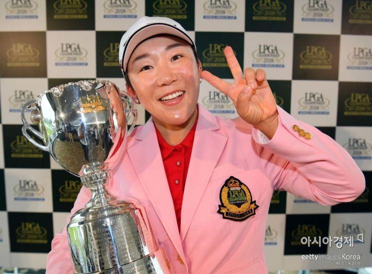 신지애가 JLPGA선수권 우승 직후 트로피를 들고 환호하고 있다.