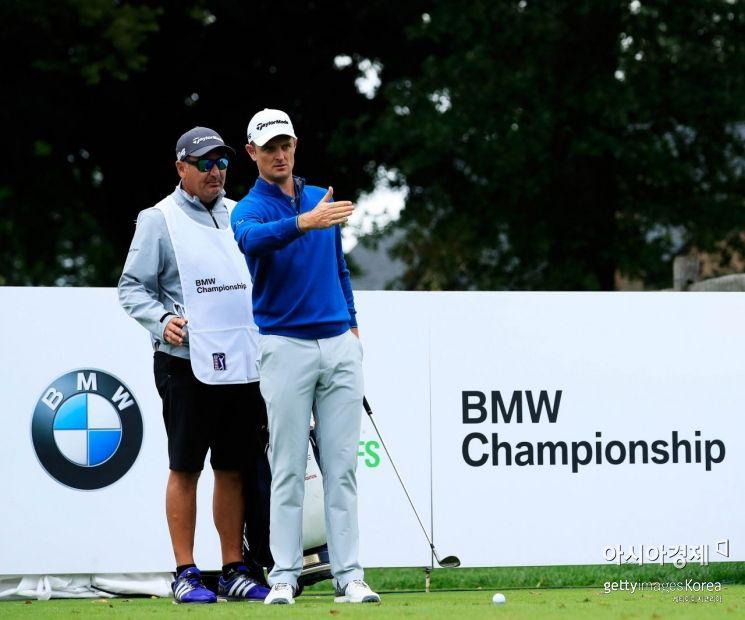 저스틴 로즈(오른쪽)가 BMW챔피언십 셋째날 5번홀에서 캐디와 홀 공략을 의논하고 있는 장면. 뉴타운스퀘어(美 펜실베니아주)=Getty images/멀티비츠