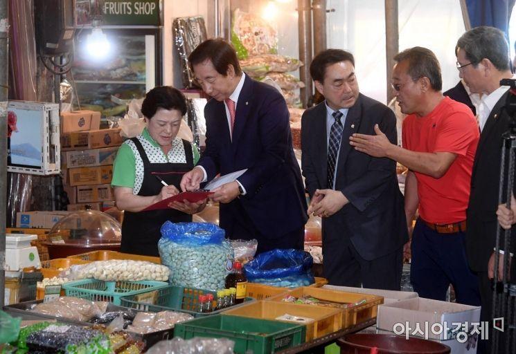 [포토] 서명운동하는 김성태 대표