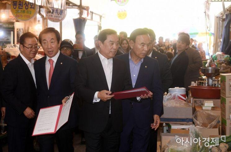 [포토] 최저임금 개혁 서명운동 나선 김성태-김병준