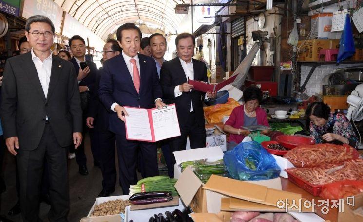 [포토] 서명운동하는 자유한국당