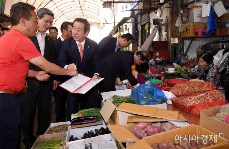 [포토] 영등포시장서 최저임금 개혁 서명운동하는 한국당