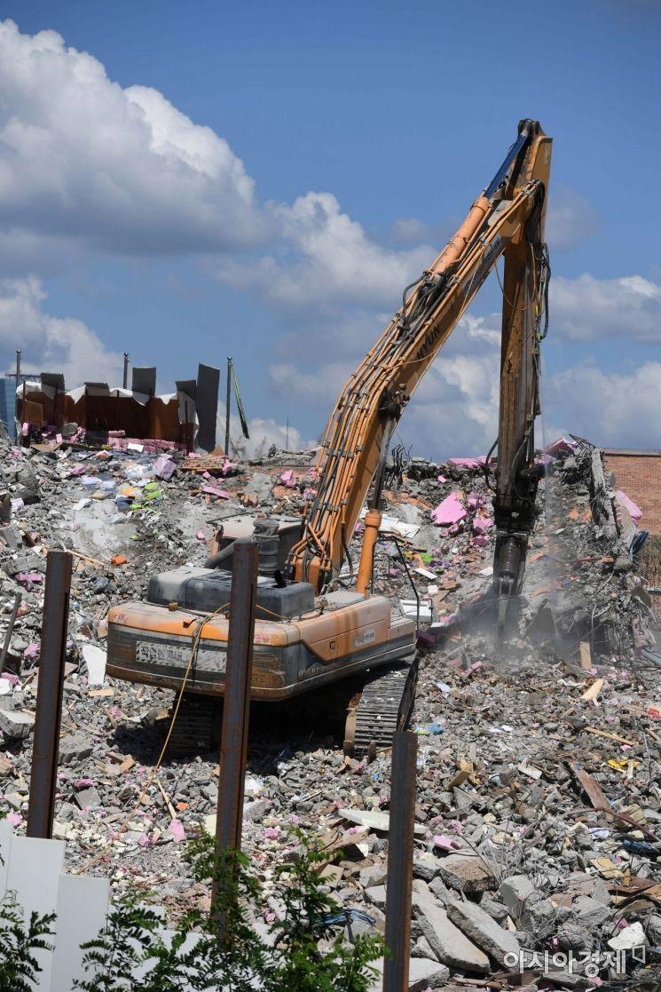 10일 서울 상도동 유치원 붕괴 현장에서 오후 작업 종료를 목표로 철거 작업이 진행되고 있다. /문호남 기자 munonam@