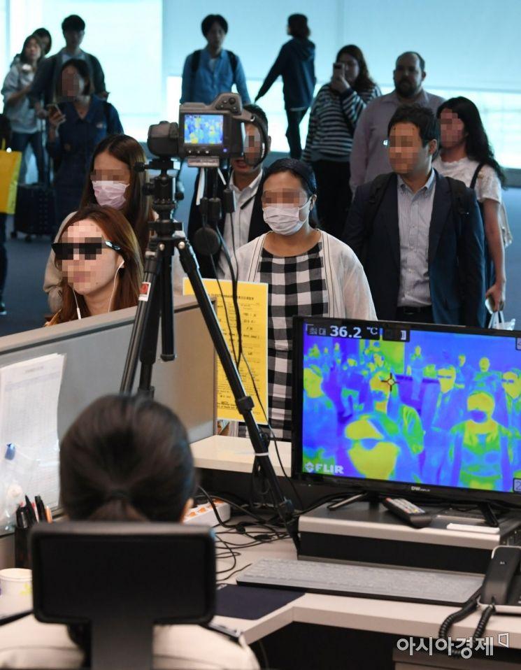 3년만에 중동호흡기증후군(메르스) 환자가 다시 발생해 방역에 비상이 걸린 10일 인천국제공항 제2여객터미널 입국장에서 검역직원들이 입국승객들의 체온을 점검하고 있다./강진형 기자aymsdream@