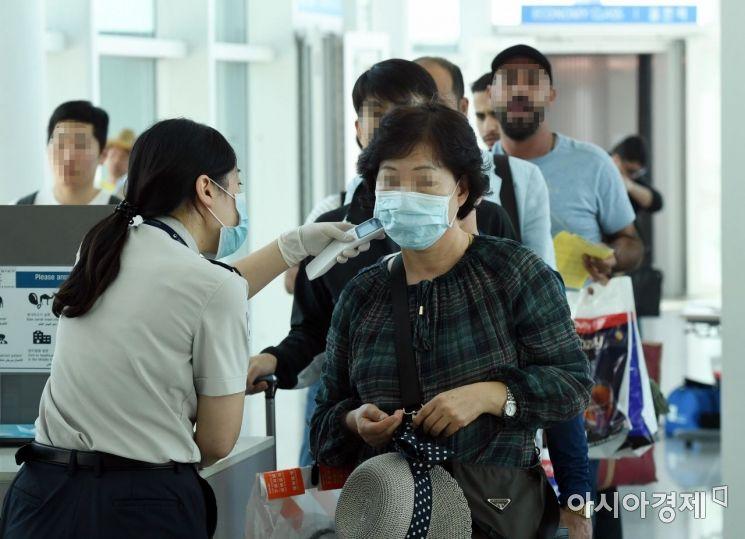 국내에서 3년 만에 중동호흡기증후군(메르스) 환자가 발생한 가운데 10일 오전 인천국제공항 제2터미널에서 검역소 직원들이 두바이발 대한항공 탑승객들의 건강상태를 전수조사하고 있다./영종도=강진형 기자aymsdream@