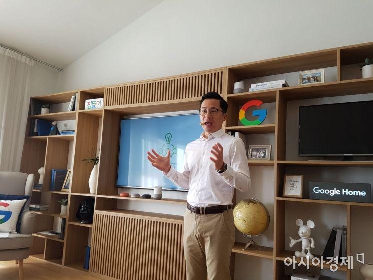 미키 김 구글 아태지역 하드웨어 총괄(전무)가 '구글홈'에 대해 소개하고 있다.