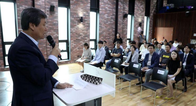 도종환 문화체육관광부 장관이 11일 서울 종로구 이음센터에서 열린 예술인 권리보장에 관한 법률(가칭) 제정을 위한 토론회에 참석해 축사를 하고 있다.
