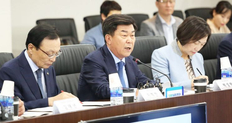 박성택 중소기업중앙회 회장(가운데)이 국회에 계류 중인 규제개혁 법안의 조속한 통과를 요청하고 있다.