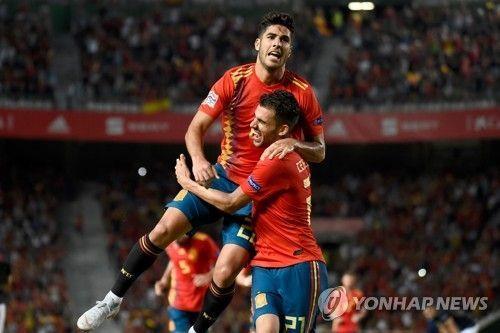 스페인 대표팀의 마르코 아센시오(왼쪽)가 골세리머니를 펼치고 있다.사진=연합뉴스
