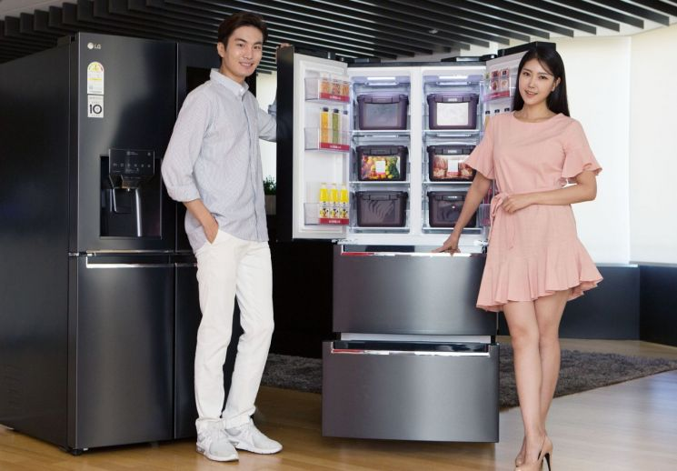 LG전자 모델들이 2019년형 'LG 디오스 김치톡톡'을 소개하고 있다.