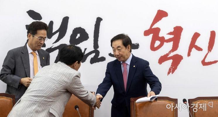 [포토] 원내대책회의 참석하는 김성태 원내대표