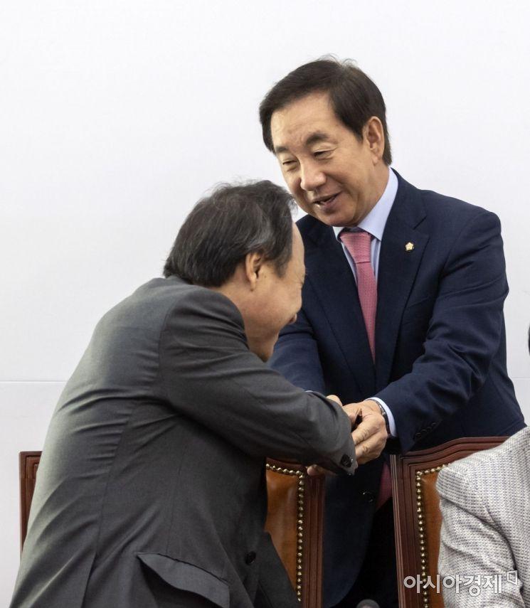 [포토] 회의 참석하는 김성태 원내대표