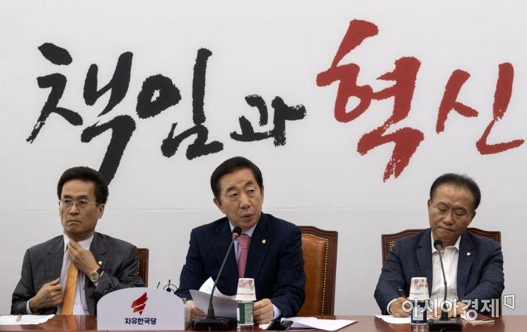 김성태 자유한국당 원내대표가 12일 국회에서 열린 원내대책회의에 참석, 모두 발언을 하고 있다./윤동주 기자 doso7@
