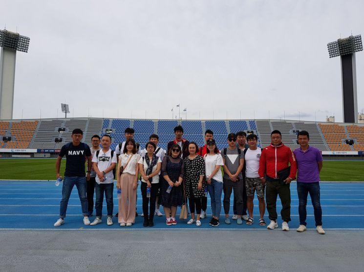 축구 테마 관광상품개발을 위해 우리나라를 방문한 중국의 팸투어 참가자들이 기념촬영을 하고 있다./사진=한국관광공사 제공