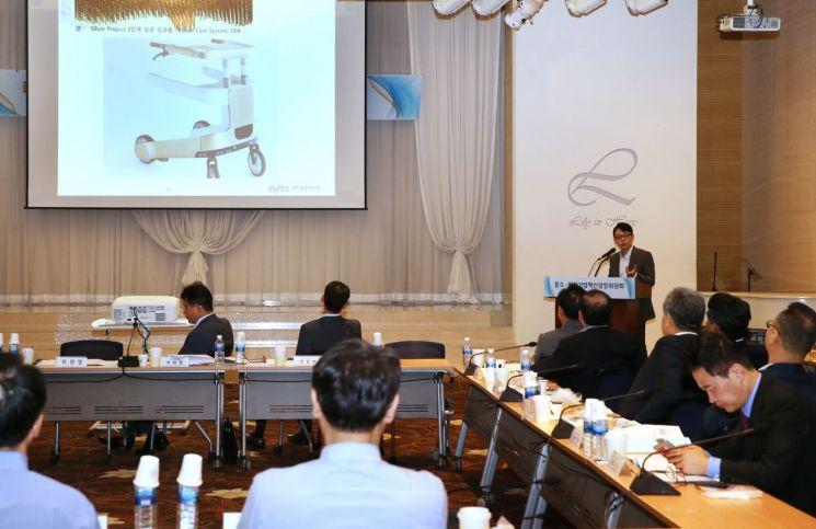 정장훈 과학기술정책연구원 연구위원이 '제6차 중소ㆍ벤처기업혁신성장위원회 전체회의'에 참석해 '한국형 공공구매체계(PPI)'에 대해 설명하고 있다.