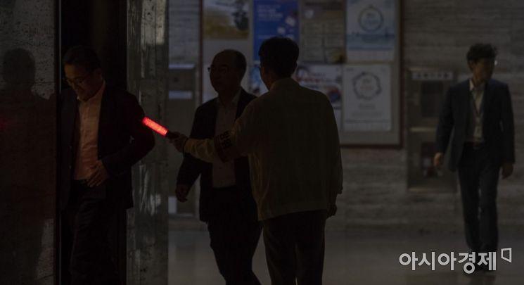 [포토] 지진대피 훈련하는 국회 공무원들