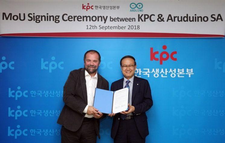 한국생산성본부 노규성 회장(오른쪽)과 아두이노 마시모 반지(Massimo Banzi) 창립자(왼쪽)가 업무협약을 체결한 뒤 기념촬영을 하고 있다.