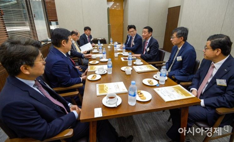 [포토] 대화하는 김종석 의원-권용원 금융투자협회장