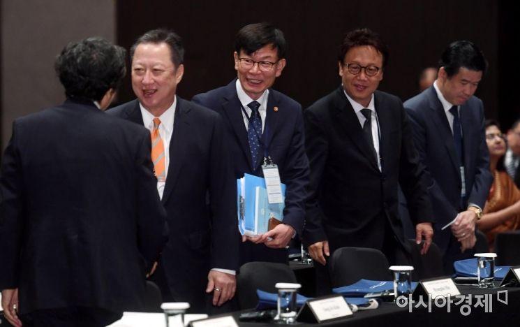 [포토] 서울국제경쟁포럼 참석한 박용만-김상조-민병두